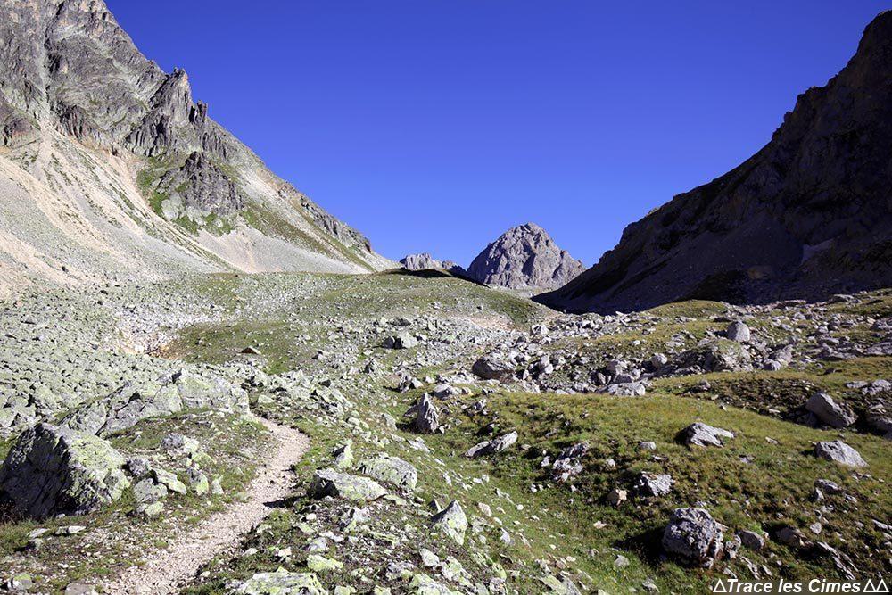Col de la Plagnette sur le Tour du Mont Thabor - Pointe des Banchets en fond
