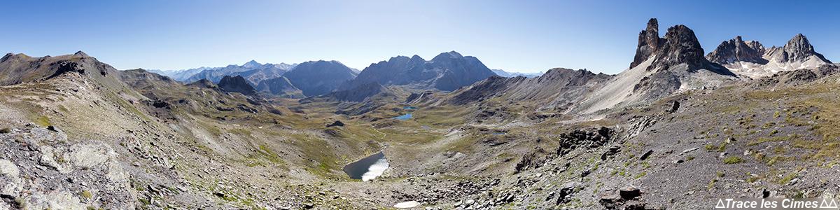 Lacs Sainte-Marguerite, Cime de la Planette, Roche Bernaude, Cheval Blanc et Mont Thabor depuis le Col des Bataillères sur le trek du Tour du Mont Thabor