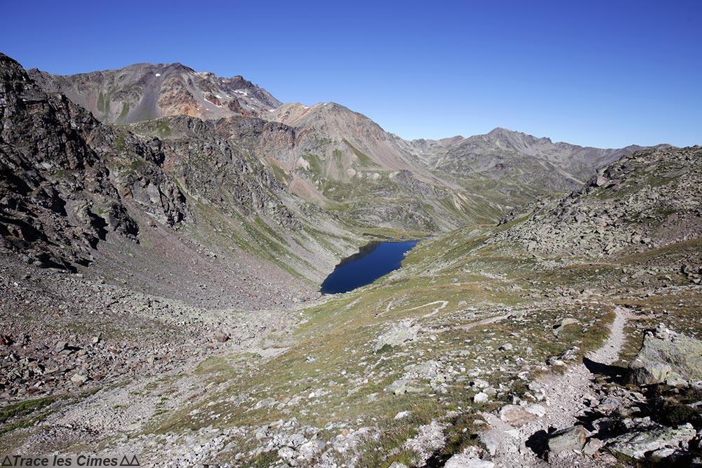 Le Lac des Bataillères et la Roche Noire sur le trek du Tour du Mont Thabor