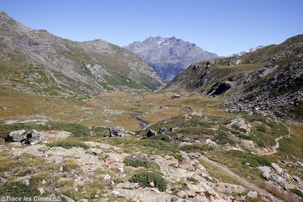 Le Refuge des Marches sur le trek du Tour du Mont Thabor avec la Pointe Renod et le Rocher des Dents