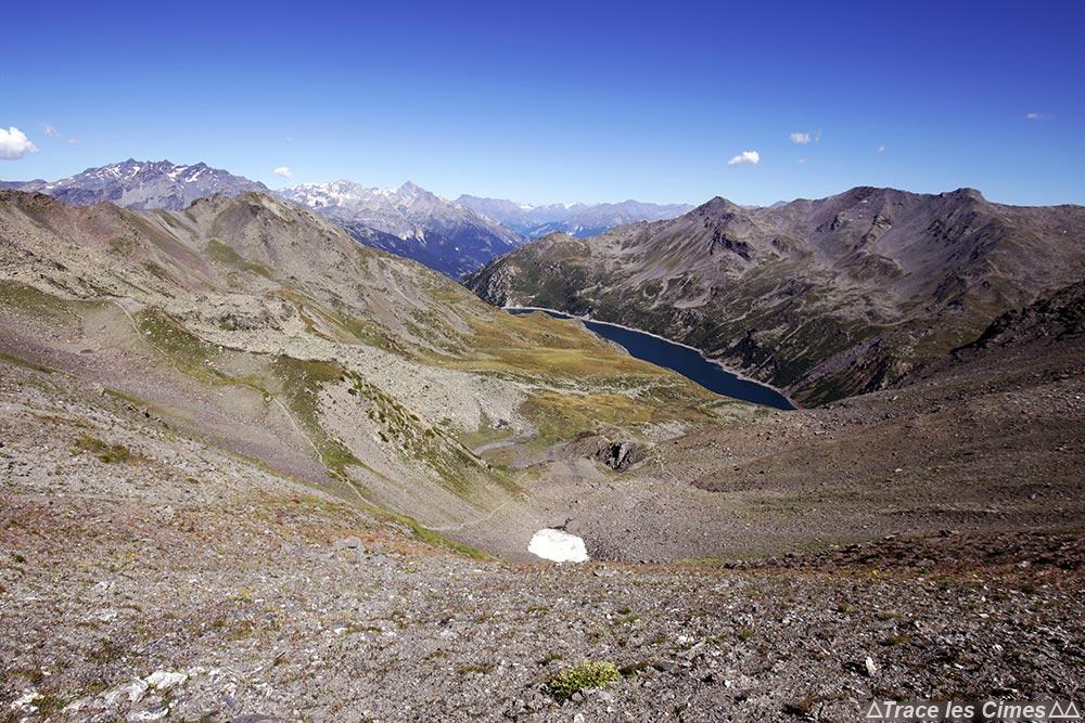 Le Lac de Bissorte, la Pointe Renod, le Rocher des Dents, la Crête et la Pointe des Sarrasins vus depuis le Col des Bataillères sur le trek du Tour du Mont Thabor