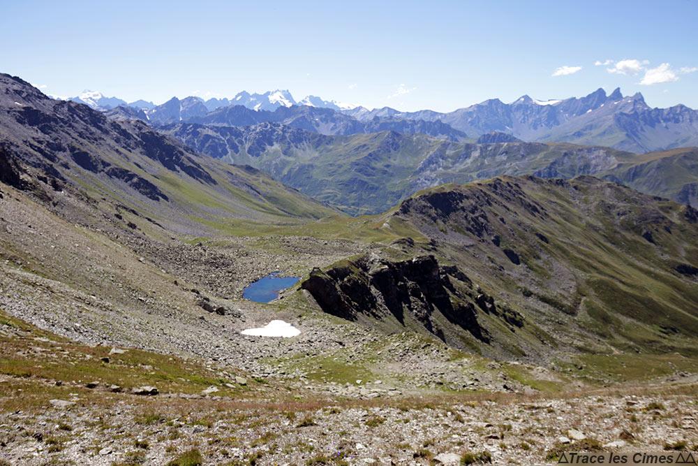 Le Lac de Roche Noire, la Barre des Écrins, la Meije, les Aiguilles d'Arves vus depuis le Col des Bataillères sur le trek du Tour du Mont Thabor