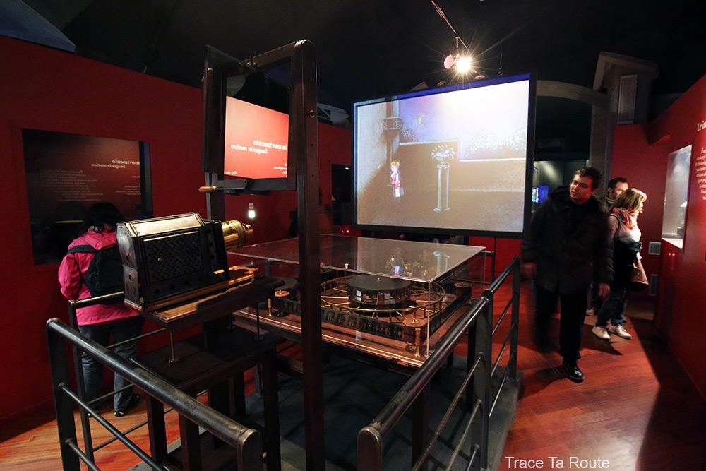 Musée du Cinéma de Turin - machine projection film lanternes magiques salle Archéologie Histoire du Cinéma - Mole Antonelliana Museo Nazionale del Cinema Torino