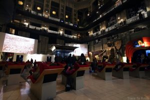 Mole Antonelliana Musée du Cinéma de Turin Museo Nazionale del Cinema Torino - chaises longues transats projection intérieur tempio della Mole