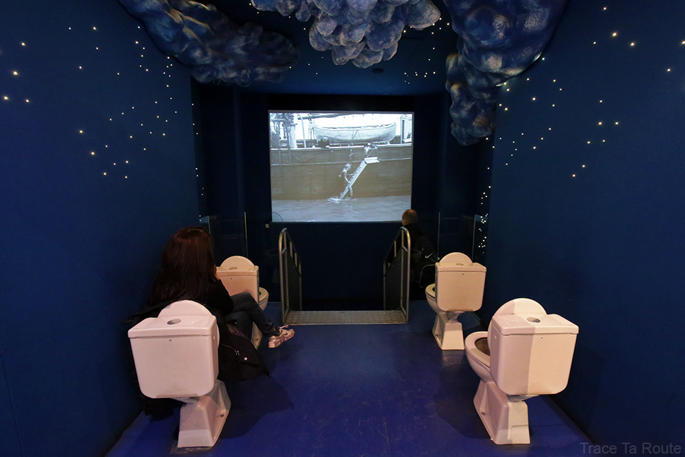 Intérieur Musée du Cinéma de Turin Mole Antonelliana Museo Nazionale del Cinema Torino - salle psychédélique onirique toilettes, nuages et ciel étoilé de nuit
