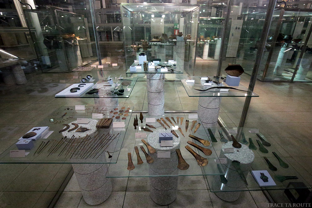 Salle vitrines objets Musée Archéologique Turin - Museo Archeologico Palazzo Reale Torino