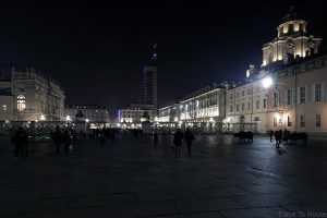 Piazza Castello de Turin de nuit avec la Palazzo Madama et la Torre Littoria