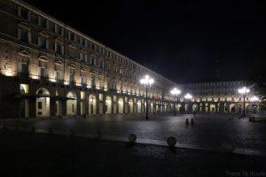 Piazza Castello de Turin de nuit avec les arcades de Biblioteca Reale