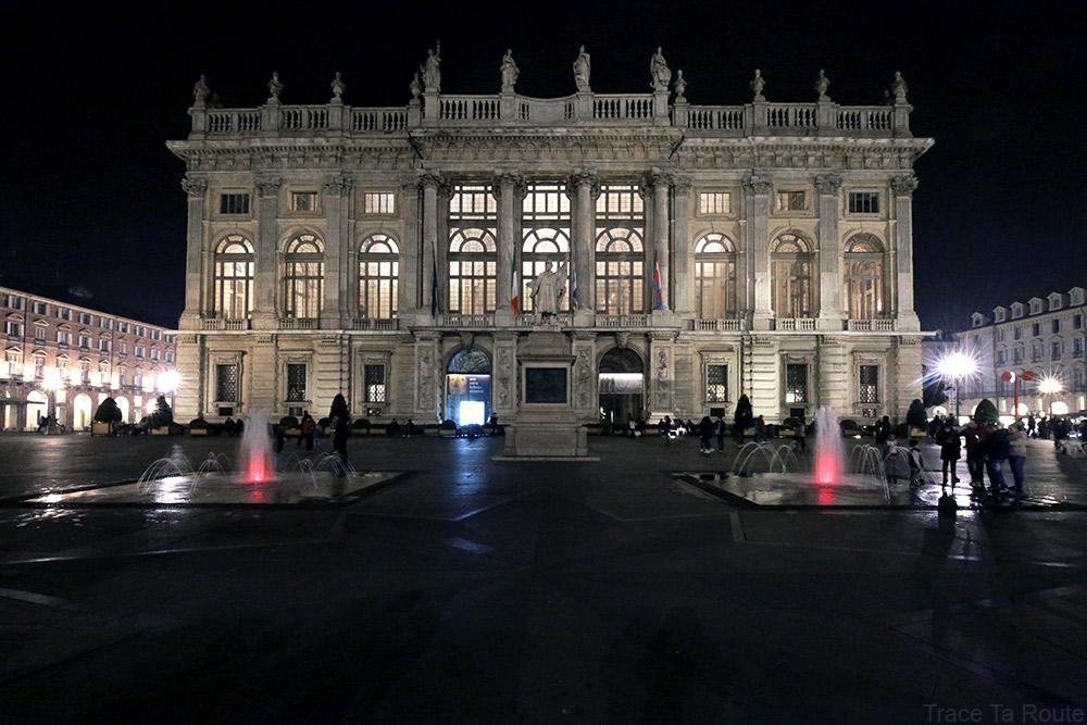 Palazzo Madama de nuit sur la Piazza Castello de Turin