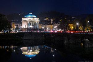 Église Chiesa della Gran Madre de Dio à Turin, de nuit avec le Pont Vittorio Emmanuel I au-dessus du Pô
