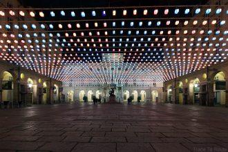 Tapis volant (Daniel BUREN) sur la Piazza Palazzo di Città de Turin - Tappeto Volante, Luci d'artista Torino