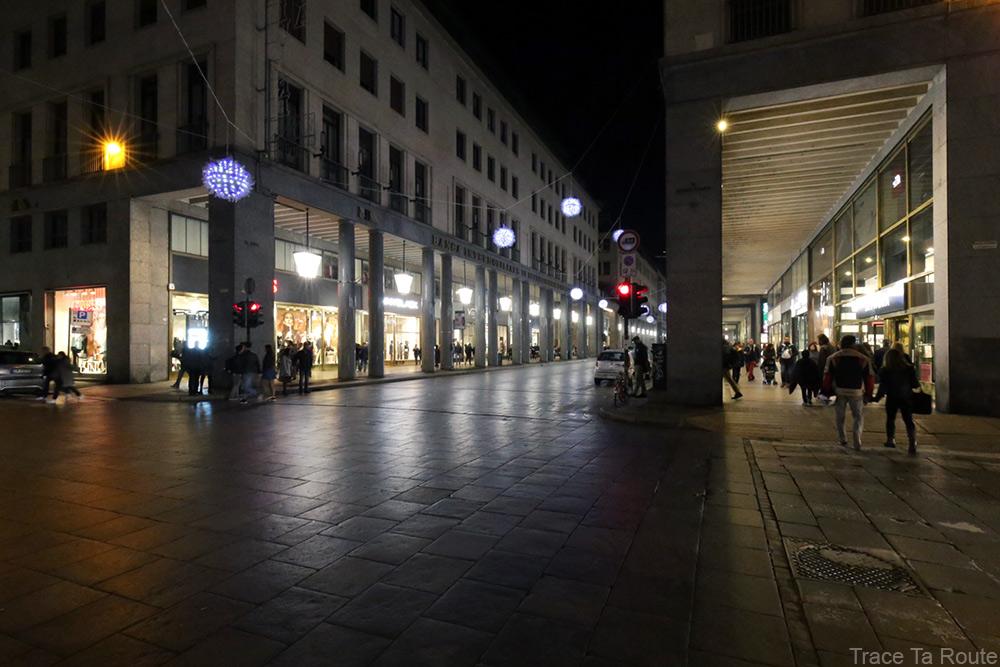Via Roma de Turin, ses arcades et ses boutiques - Palle di neve (1998/2008) Enrica BORGHI - Luci d'Artista Torino