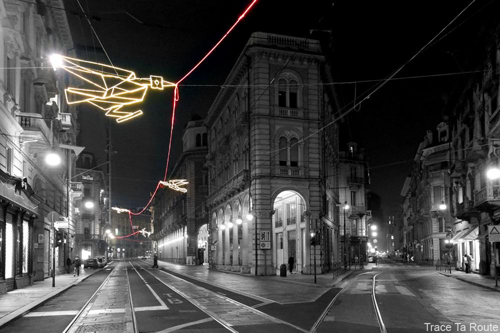 Volo su... (Francesco CASORATI) sur la Via Pietro Micca de Turin - Luci d'artista Torino