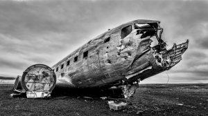 Carcasse avion abandonné sur la plage de Sólheimasandur en Islande © Ron Kroetz