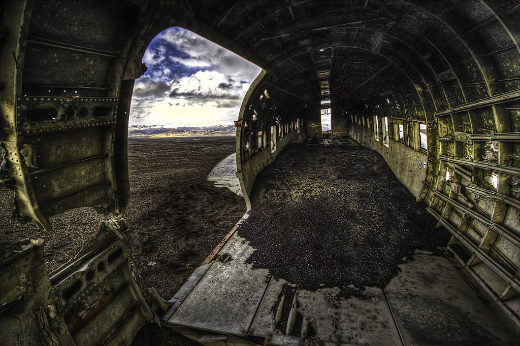 Intérieur carcasse avion abandonné sur la plage de Sólheimasandur en Islande © Sigurdur Bjarnason