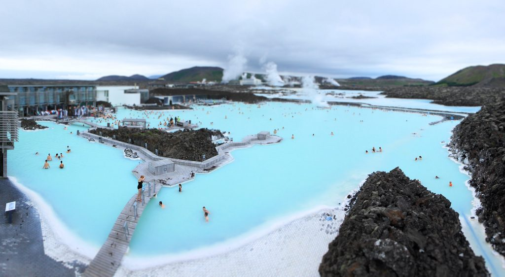 Eau bleue du bassin du Blue Lagoon en Islande © clry2
