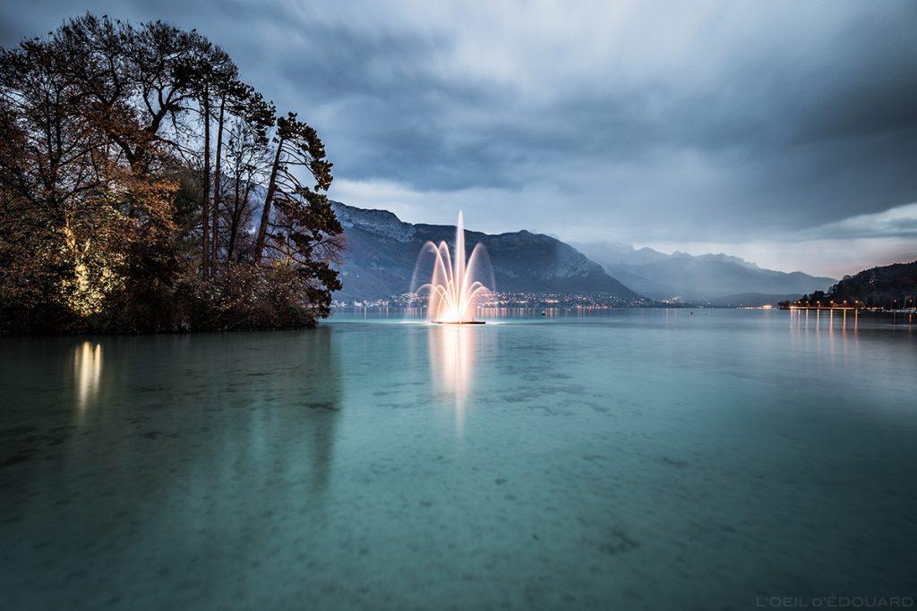 Jet d'eau sur le Lac d'Annecy, sous la pluie et un ciel nuageux © L'Oeil d'Édouard