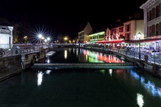 Le Canal du Thiou dans la Vieille Ville d'Annecy, la nuit © L'Oeil d'Édouard