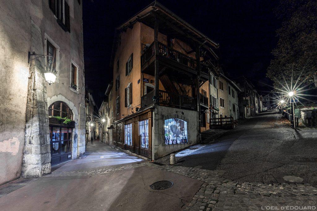 Rues du Faubourg des Annonciades et de la Côte Perrière dans la Vieille Ville d'Annecy, la nuit © L'Oeil d'Édouard