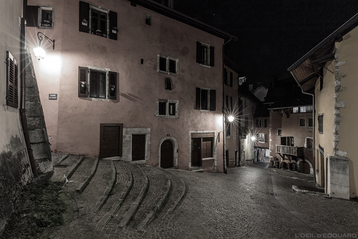 Montée au Château Côte Saint-Maurice dans la Vieille Ville d'Annecy, la nuit © L'Oeil d'Édouard
