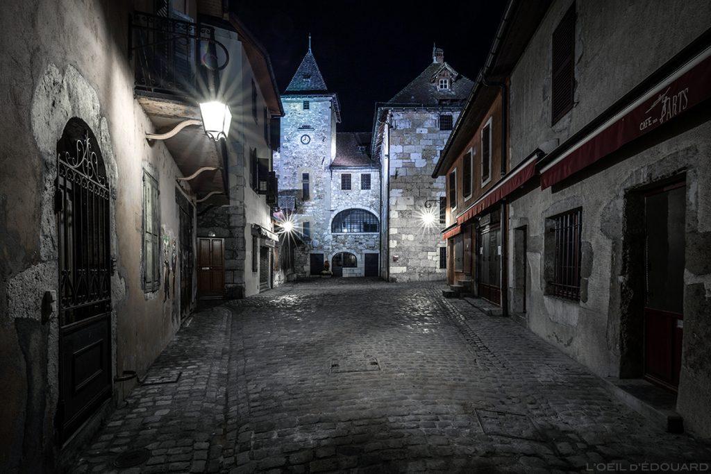 Palais de l'Isle et terrasse du Café des Arts sur la page de l'Île dans la Vieille Ville d'Annecy, la nuit © L'Oeil d'Édouard