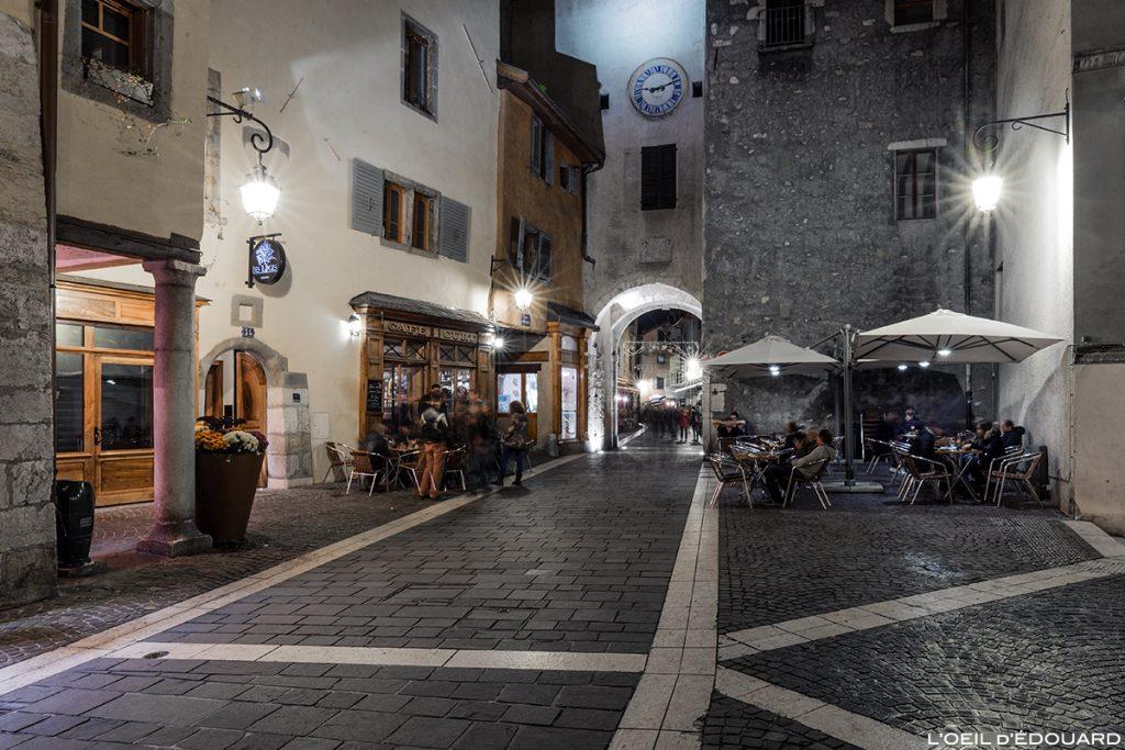Terrasse du Café Curt la nuit et la Porte Sainte-Claire sur la Place Sainte-Claire dans la Vieille Ville d'Annecy © L'Oeil d'Édouard
