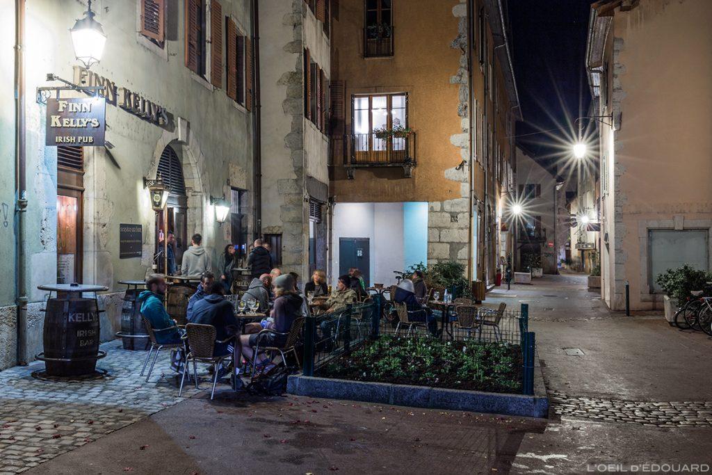 Terrasse du bar pub Finn Kelly's, Faubourg des Annonciades dans la Vieille Ville d'Annecy, la nuit © L'Oeil d'Édouard
