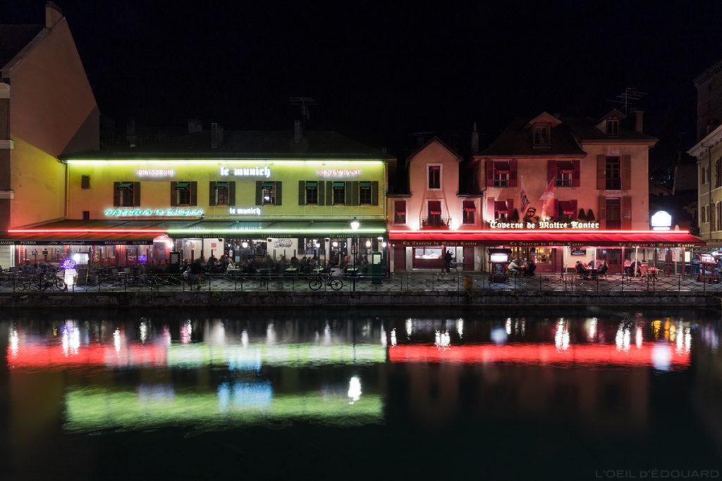 Terrasses du bar Le Munich et du restaurant Maitre Kanter Le Sarto sur les bords du Canal du Thiou dans la Vieille Ville d'Annecy, la nuit © L'Oeil d'Édouard