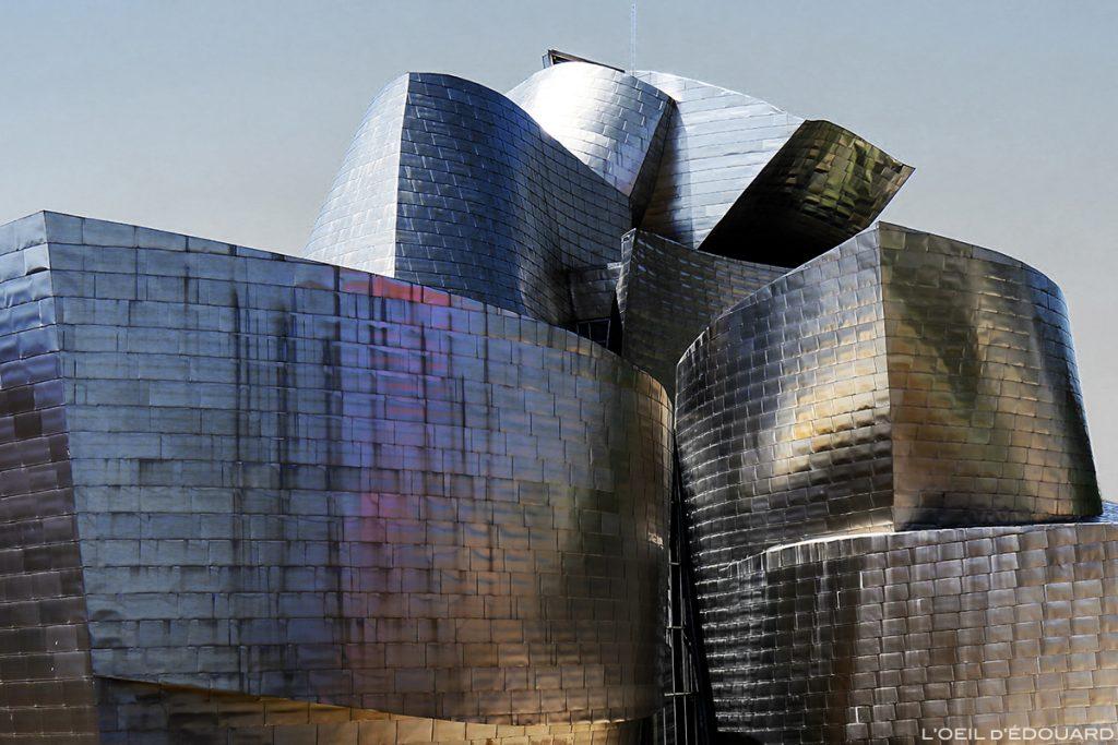 Reflets de lumière sur les plaques de titane du Musée Guggenheim Bilbao - extérieur architecture © L'Oeil d'Édouard