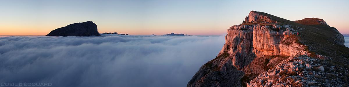 Coucher de soleil sur le sommet du Mont Aiguille et le sommet de Peyre Rouge au-dessus d'une mer de nuages (Vercors) © L'Oeil d'Édouard