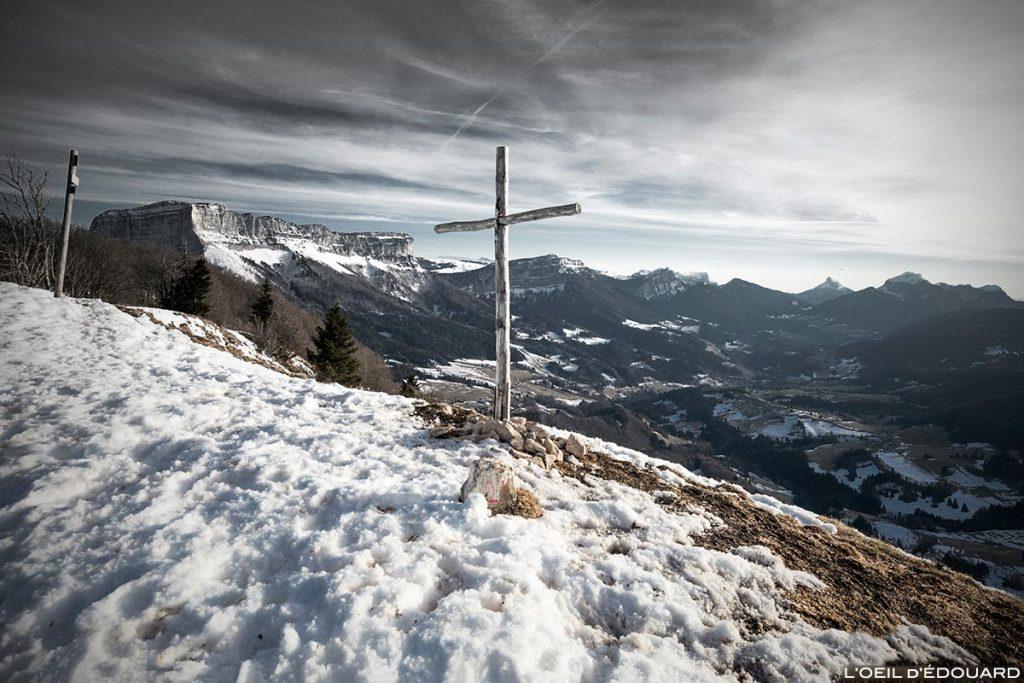 Croix au sommet du Mont Joigny avec le Granier et le Massif de la Chartreuse en hiver