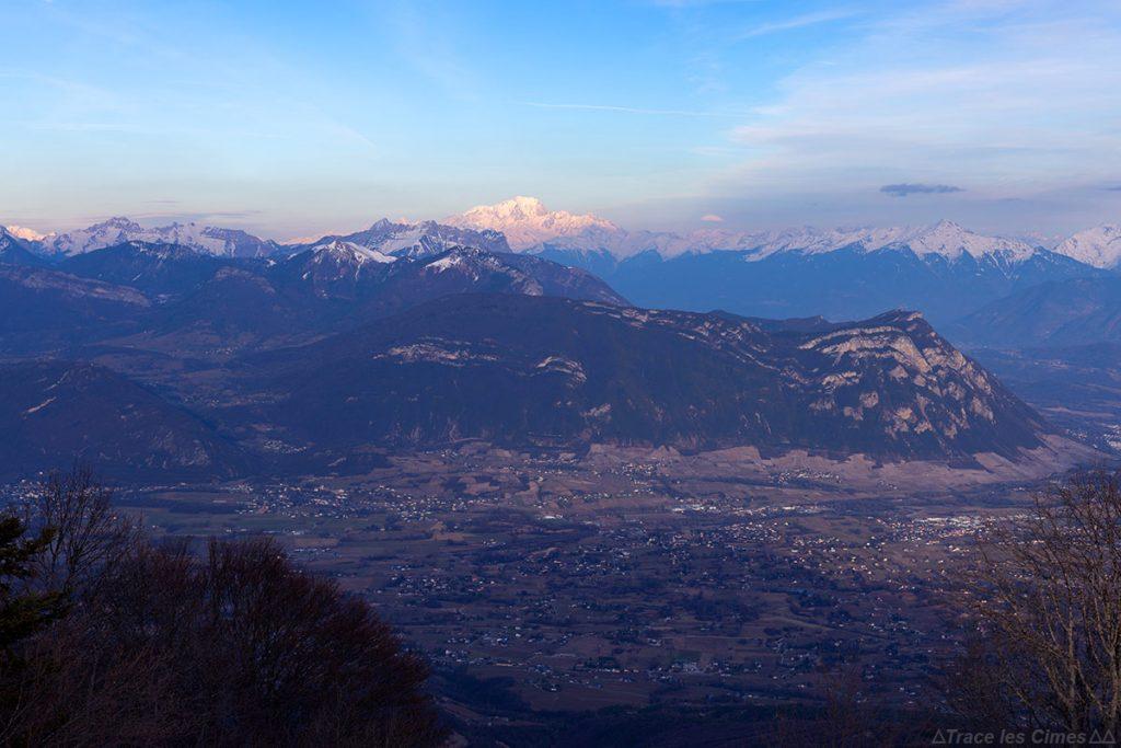 Chignin, le Massif de la Bauges avec La Savoyarde, le Mont Blanc, le Massif de la Lauzière depuis le Mont Joigny