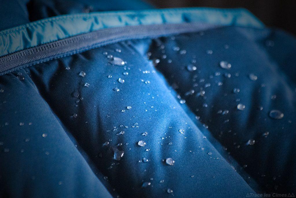 Effet déperlant gouttes d'eau Q-Shiled Mountain Hardwear Doudoune Stretchdown Plus Hooded Jacket