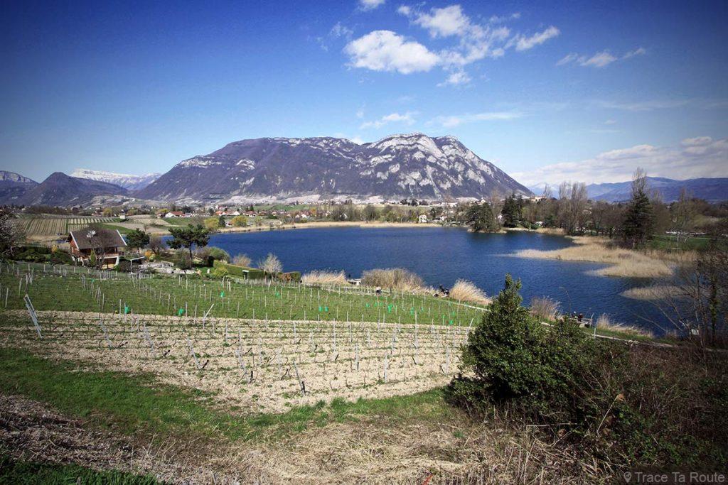 Lac de Saint-André, Abymes de Myans vers Chambéry, avec la montagne La Savoyarde