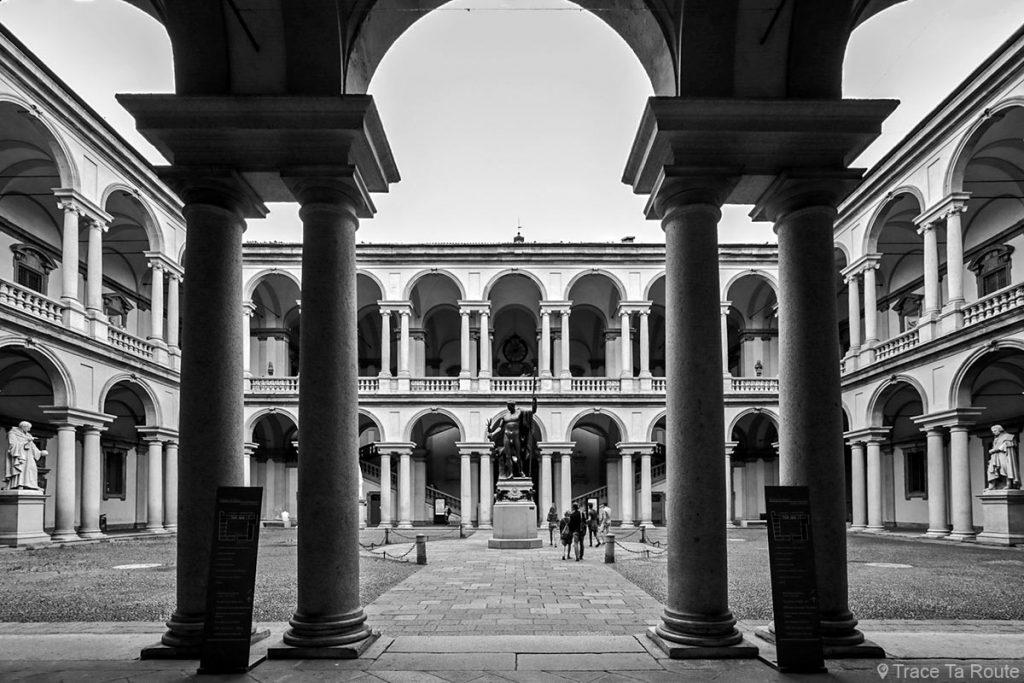 Arcades et colonnades de la cour intérieure du Palazzo di Brera de Milan