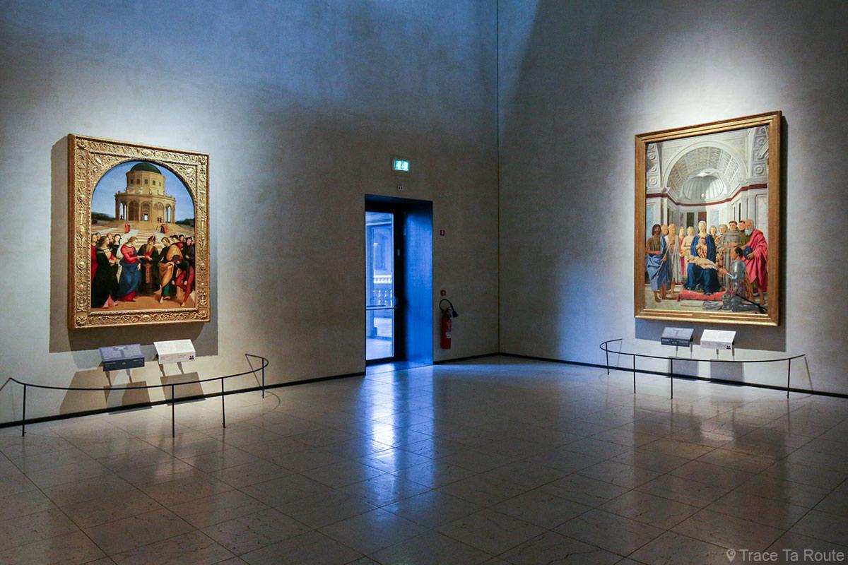 """Salle exposition Musée Pinacothèque de Brera de Milan - """"La Conversation Sacrée"""" (1465-1470) Piero DELLA FRANCESCA / """"Le Mariage de la Vierge"""" (1504) RAPHAËL"""