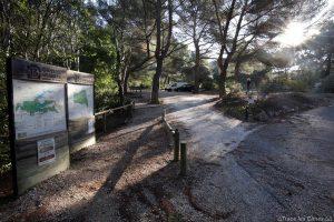 Parking de l'En Chois - Panneaux itinéraires départ randonnée Montagne Sainte-Victoire