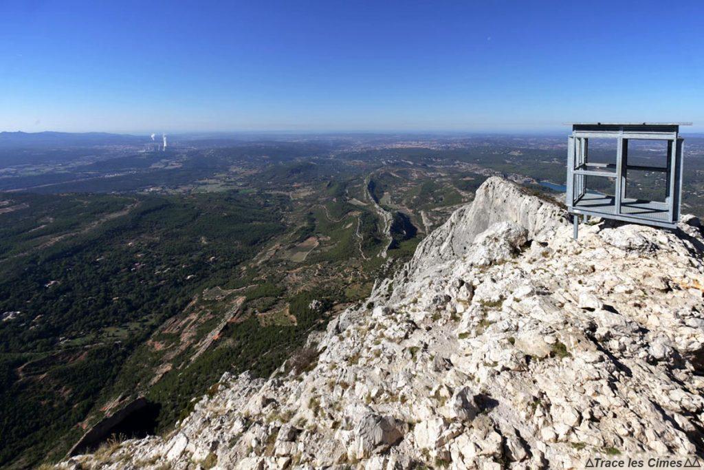 Vue sur Aix-en-Provence depuis la Croix de Provence, sommet de la Montagne Sainte-Victoire