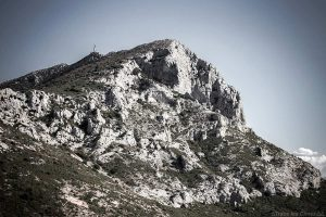Face Ouest ensoleillée, triangle de la Montagne Sainte-Victoire et la Croix de Provence