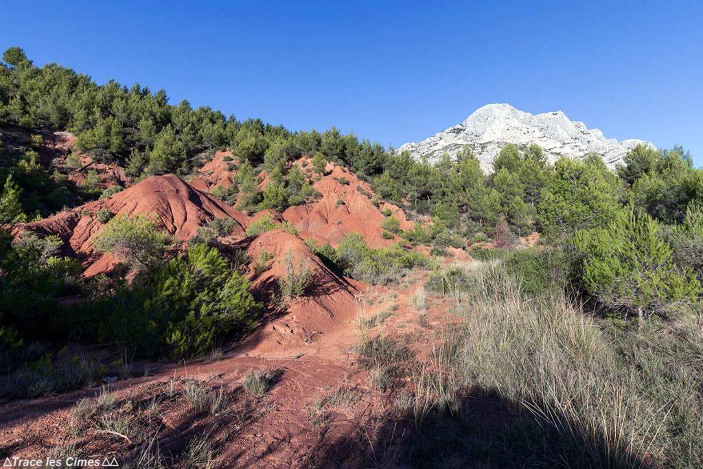 Buttes d'ocre rouge avec la Montagne Sainte-Victoire et la Croix de Provence