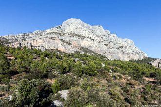La Montagne Sainte-Victoire de Cézanne et la Croix de Provence au sommet - Aix-en-Provence © L'Oeil d'Édouard