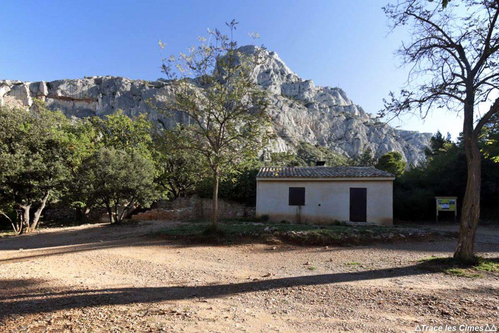 Le Refuge Cézanne au pied la Montagne Sainte-Victoire - chemin de randonnée
