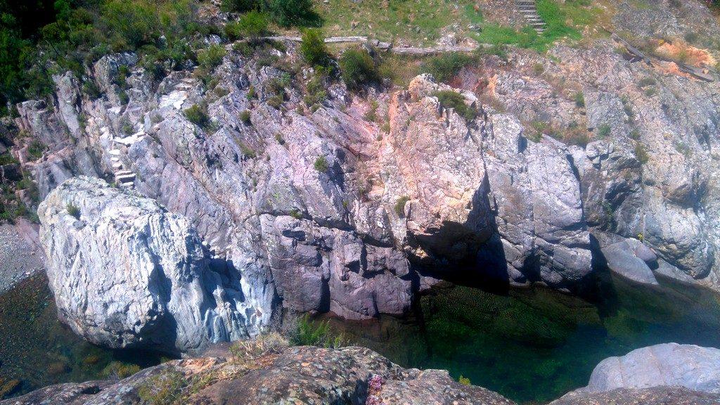 Accès privé dans la pierre à la rivière du Fango, sur le Tra Mare e Monti, randonnée Corse, de Tuarelli à Galeria