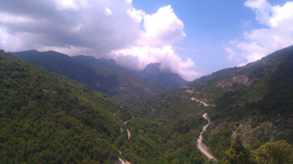 vue sur la montagne Corse, dans le coin d'Evisa ; etape de la randonnée Mare e Monti en Corse