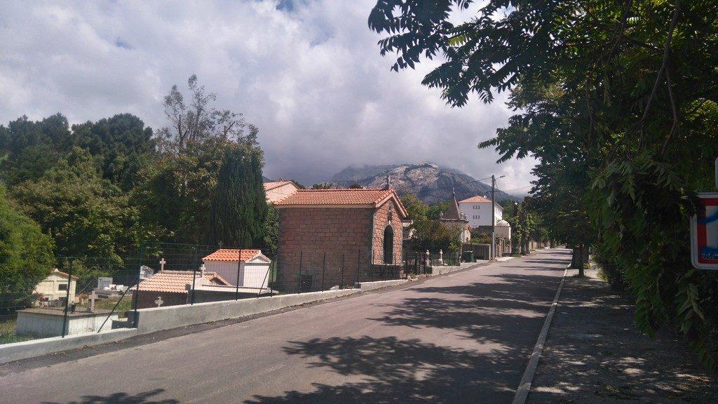 Le cimetière d'Evisa, sur le chemin de randonnée du Mare e Monti en Corse, entre Ota et Marignana