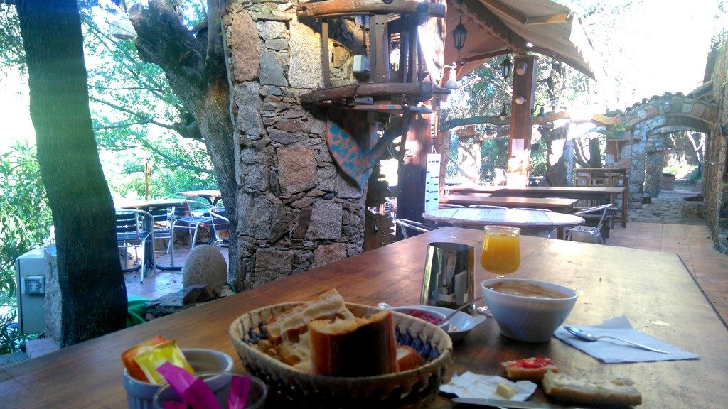 Petit-déjeuner du Gîte de Tuarelli, étape du Mare e Monti en Corse