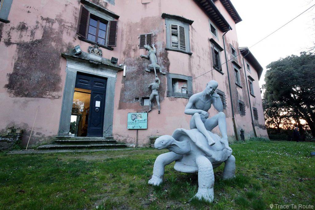Sculptures extérieur Villa Baciocchi, musée zoologique Capannoli (Valdera, Toscane, Italie)