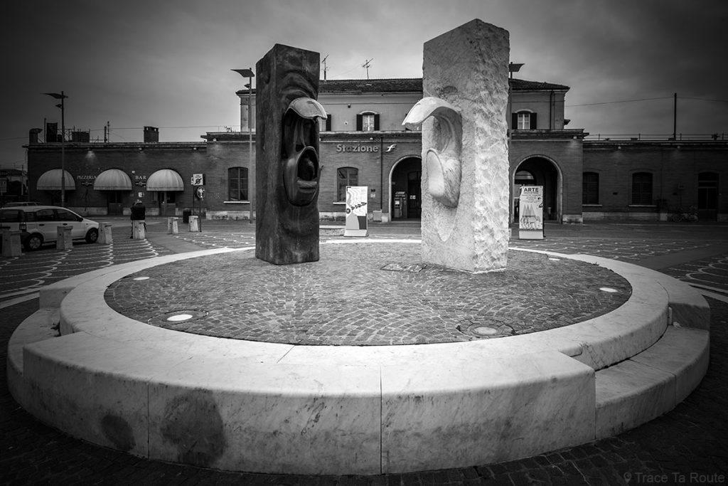 Sculptures en marbre sur la Piazza Unità d'Italia de Pontedera, gare ferroviaire (Valdera,Toscane, Italie)