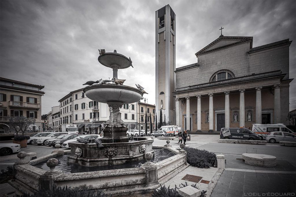 Fontaine de la piazza devant le Duomo de Pontedera (Valdera, Toscane, Italie)