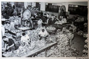 Museo Piaggio Pontedera (Pisa, Valdera, Toscana, Italie) image d'archive ouvriers dans la fonderie de l'ancienne usine Piaggio 1950 - Musée Piaggio à Pontedera